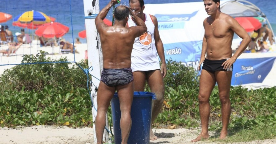 O ex-jogador de futebol Romrio bateu uma bolinha na praia do Pep, zona oeste do Rio de Janeiro (15/4/12).