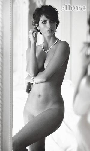 """A atriz brasileira Morena Bacarin, 32 anos, tirou a roupa para a edição de maio da revista norte-americana """"Allure"""". Como recentemente ela apareceu nua na série de TV """"Homeland"""", Morena disse que buscou atingir um resultado sensual, mas sutil. """"Não queria que ficasse demais, que as pessoas me apontassem como a garota que sempre está tirando a roupa"""", afirmou a atriz."""