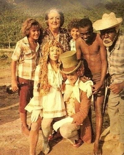 1977 - Elenco reunido na versão do Sítio do Picapau Amarelo exibido pela Rede Globo. Na aimagem estão, da esquerda para a direita, Júlio César (Pedrinho), Dona Benta (Zilka Sallaberry), Emília (Dirce Migliaccio), Rosana Garcia (Narizinho), André Valli (Visconde de Sabugosa), Romeu Evaristo (Saci Pererê) e Samuel Santos (Tio Barnabé)