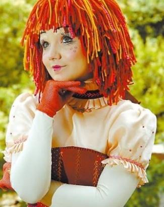 2007 - A menina Tatyane Goulart assume o papel de Isabelle Drummond, ficando até o final da série como Emília