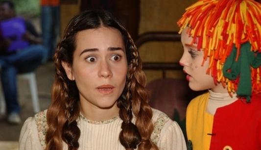 A atriz Alessandra Negrini (interpretando Rapunzel) com Isabelle Drummond (Emília) em episódio exibido pela TV Globo em 2003