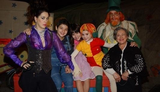 Os atores Cláudia Raia (domadora Medéia), Cesar Cardadeiro (Pedrinho), Isabelle Drummond (Emília), Visconde de Sabugosa (Cândido Damm) e Dona Benta (Nicette Bruno) em episódio exibido em 2003