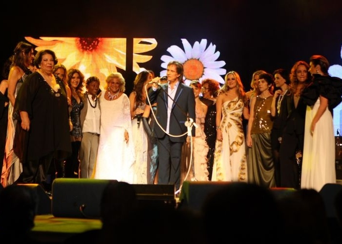 Roberto Carlos viu sua carreira passar na voz de 20 das cantoras mais prestigiadas do pa&#237;s, em um espet&#225;culo-tributo no Theatro Municipal de S&#227;o Paulo. Subiram ao palco: Hebe Camargo, Luiza Possi e Zizi Possi, Alcione, Faf&#225; de Bel&#233;m, Celine Imbert, Daniela Mercury, Wanderl&#233;a, Rosemary, Fernanda Abreu, Paula Toller, Mar&#237;lia P&#234;ra, Marina Lima, Sandy, Mart&#39;n&#225;lia, Adriana Calcanhotto, Claudia Leitte, Nana Caymmi, Ana Carolina e Ivete Sangalo &#40;mai.2009&#41;.