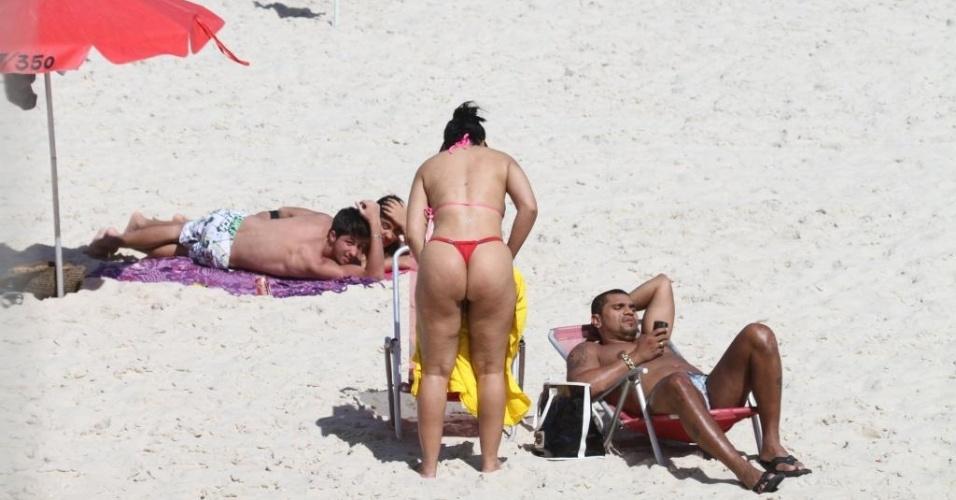 A dançarina de funk Ellen Cardoso, a Mulher Moranguinho, curtiu a praia da Barra da Tijuca (RJ) ao lado do seu noivo, o MC Naldo na tarde de quinta-feira (19/4/12). Usando um biquíni fio-dental, a morena atraiu olhares enquanto se preparava para tomar sol