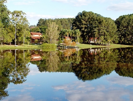 Campina de Monte Alegre (SP): Na Casa do Lago o pacote de quatro di&#225;rias de hospedagem com caf&#233; da manh&#227;, almo&#231;o e jantar custa a partir de R$ 2.998 para o casal. Cortesia para uma crian&#231;a de at&#233; 8 anos. Reservas: (15) 3256-1229, (15) 3256-1386, (15) 3546-1490 e (15) 3546-1425. Site: www.casadolago.com.br (Pre&#231;os e condi&#231;&#245;es consultados em abril de 2012 e sujeitos a altera&#231;&#245;es. Consulte o estabelecimento antes de fazer a reserva) 