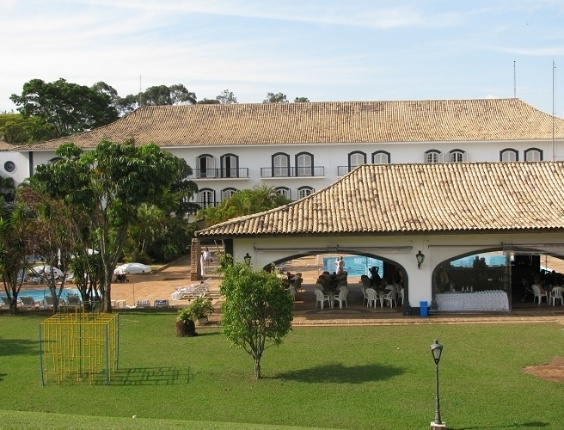 Itu (SP): No Hotel San Raphael Country o pacote de quatro noites de hospedagem com caf&#233; da manh&#227;, almo&#231;o e jantar, ch&#225; da tarde, petiscos na piscina e ch&#225; &amp; simpatia &#224; noite custa a partir de R$ 2.600 para o casal. Cortesia para uma crian&#231;a de at&#233; 12 anos. Reservas: (11) 4813-8877. Site: www.sanraphaelcountry.com.br (Pre&#231;os e condi&#231;&#245;es consultados em abril de 2012 e sujeitos a altera&#231;&#245;es. Consulte o estabelecimento antes de fazer a reserva) 