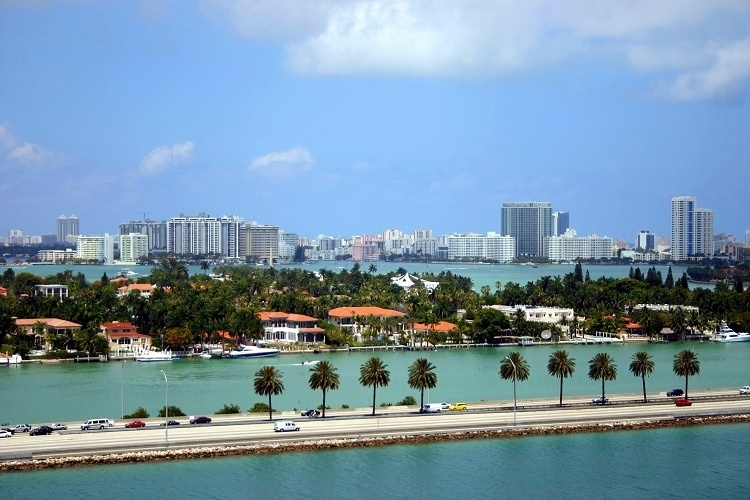 Miami (Estados Unidos): Na Information Planet Travel o pacote inclui transfer aeroporto/hotel/aeroporto, quatro noites de hospedagem, city tour e tour de compras no Sawgrass Mill Mall. Custa a partir de US$ 980 em apartamento duplo. N&#227;o inclui parte a&#233;rea. Reservas: (11) 5186-5186. Site: www.informationplanettravel.com.br (Pre&#231;os e condi&#231;&#245;es consultados em abril de 2012 e sujeitos a altera&#231;&#245;es. Consulte o estabelecimento antes de fazer a reserva)