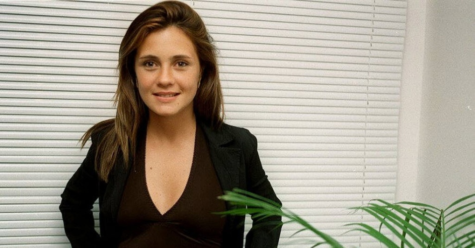 A atriz Adriana Esteves posa para foto em 1997. Na &#233;poca, a atriz interpretava a protagonista Helena em &#34;A Indomada&#34;