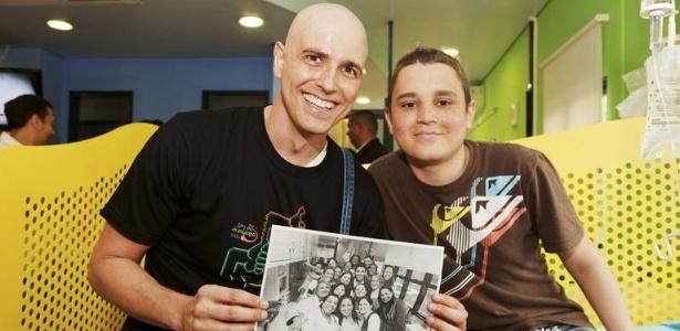 Em visita ao Graac em novembro de 2011, Reynaldo Gianecchini posa com o paciente Guilherme Bailone Munhoz