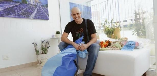 Em visita ao Graacc, Reynaldo Gianecchini leva um saco repleto de brinquedos e conta como as crianças o inspiram em sua luta. Ele encontra ainda o CEO e o superintendente médico da entidade (2011)