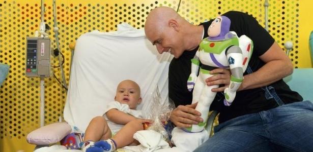 Em visita ao hospital Graac, Reynaldo Gianecchini brinca com Gabriel Domingos de Mello (2011)