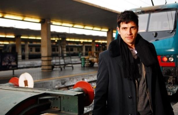 """Reynaldo Gianecchini interpreta Fred Lobato na novela """"Passione"""" (2010), primeiro vilão de sua carreira. Fred é um homem perigoso e egoísta, capaz de tudo para sair da pobreza. O ator foi um dos integrantes do elenco que viajou para a Itália, para fazer as gravações"""