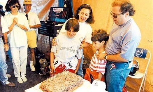 A paixão pelo automobilismo acompanhou Felipe Massa desde a infância. Na foto, ele comemora, junto aos familiares, seu aniversário de 12 anos, em pleno circuito de Interlagos, após disputar uma prova de kart, categoria na qual correu de 1990 a 1998 (abr.1993). O piloto completa 31 anos nesta quarta-feira (25/4/12).