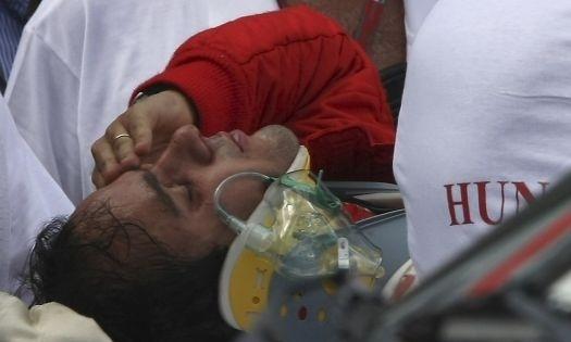 Felipe Massa é socorrido por médicos após grave acidente no treino oficial para o GP da Hungria, no qual foi atingido perto do olho por uma mola que se soltou do carro de Rubens Barrichello e o fez bater a mais de 200 km/h na barreira de pneus no circuito de Hungaroring, na Hungria (25/7/09).