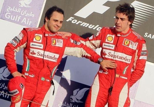Fernando Alonso e Felipe Massa celebram suas conquistas no pódio do GP do Bahrein de 2010. Alonso venceu a corrida, enquanto Massa ficou em segundo (14/3/10).