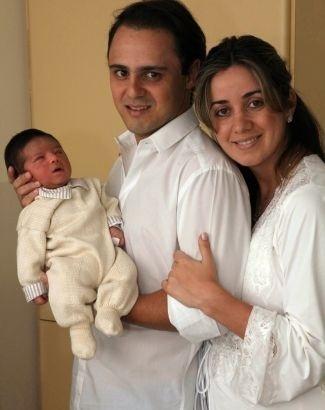 O piloto Felipe Massa posa com sua mulher, Anna Raffaela Bassi, segurando seu primeiro filho. Felipe Bassi Massa nasceu em São Paulo, no dia 30 de novembro, com 49 centímetros e 3,37 quilos (3/12/09).