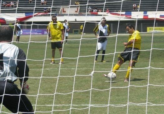 O piloto mostrou que também é bom de bola. Massa marcou dois gols, mas seu time perdeu por 4 a 3 em jogo de futebol beneficente em São Bernardo do Campo (SP) (jan.2009).