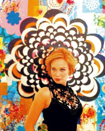 A atriz Mariana Ximenes durante visita a exposição da artista plástica Beatriz Milhazes, em São Paulo (6/5/04)