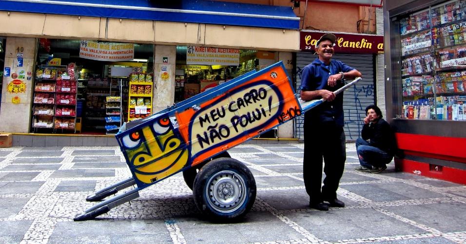 """A decisão de trabalhar com os coletores foi natural segundo Mundano; """"Eu estava em contato com as pessoas das ruas. Como sou grafiteiro, a minha profissão exige muito tempo nas ruase também é marginalizada. Então observei os catadores de lixo entre as pessoas da rua. Foi uma aproximação normal""""."""