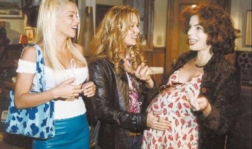 """A partir da esquerda, Danielle Winits, Mariana Ximenes e François Fourton em cena da novela """"Uga Uga"""", de Carlos Lombardi (28/5/00)"""