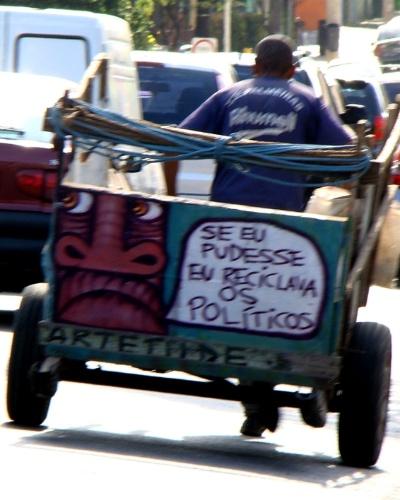 """As frases pintadas nas carroças levam a reflexão. Assuntos políticos e sociais são abordadas na arte do grafiteiro. """"São Paulo é toda cinza, asfalto, pessoas, prédios, fumaça, é um negócio feio. A gente não tem costume de frequentar museus, exposições.. Falta contato com as pessoas"""", relata Mundano."""