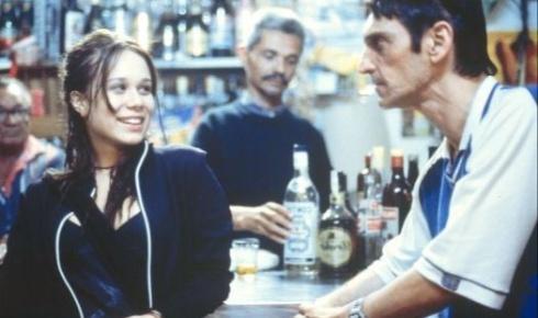 """Com o cabelo escuro, Mariana Ximenes divide a cena com Paulo Miklos no filme """"O Invasor"""" (2002)"""
