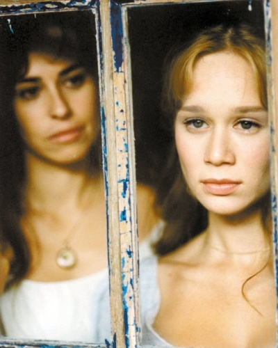 """Em 2003, Mariana Ximenes interpretou Rosário em """"A Casa das Sete Mulheres"""". A minissérie foi ao ar pela Globo (à esq. da imagem, a atriz Daniela Escobar)"""