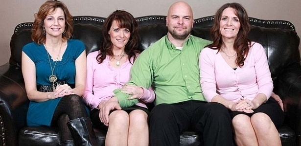 Joe Darger tem um casamento incomum (ou comum?) para os dias de hoje. Ele é marido das gêmeas Vicki e Valerie, 42, e da prima delas, Alina.Os três vivem juntos em Salt Lake City, no Estado americano de Utah, e, dizem, não há lugar para ciúmes entre eles. Os Darger são mórmons fundamentalistas, religião da qual alguns adeptos praticam a poligamia.