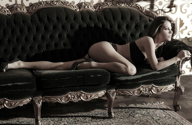 """Após sair do """"Pânico"""", Mama Maluf fez ensaio sensual para a revista """"Fut"""" de maio. A bela está se dedicando a novos projetos e deve se casar ainda este ano com o jornalista Daniel Zuckerman (o Impostor, do """"Pânico na Band"""")"""