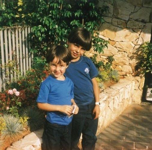 """O jogador Kaká divulgou fotos de sua infância ao site da revista 'Caras'. O jogador conta ainda que levava bronca dos pais na infância. """"Eu e meu irmão sempre jogávamos bola dentro de casa. E sempre quebrávamos alguma coisa em nossos jogos, o que era motivo para levar bronca dos meus pais"""" (23/7/11)"""