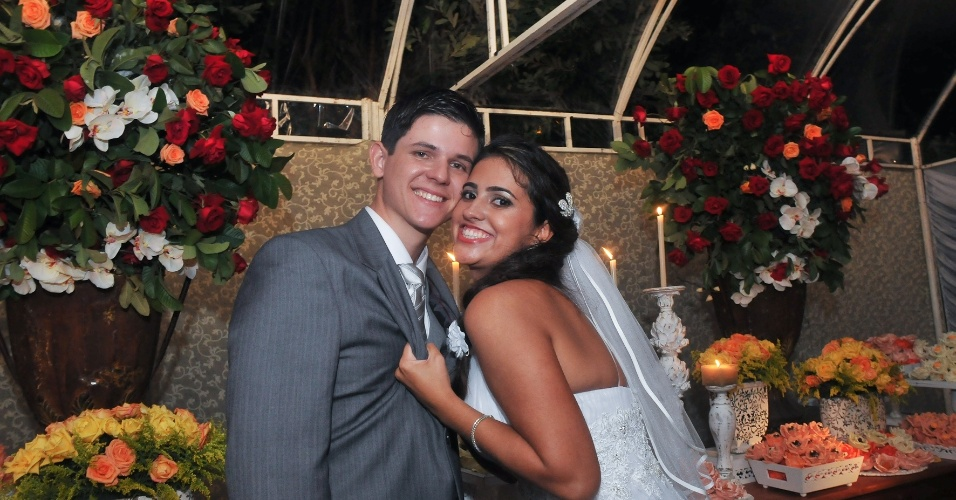 O casal Brunela e Jo&#227;o Paulo se casou no dia 1&#186; de maio de 2010 em um campo de futebol na cidade de Nova Ven&#233;cia (ES)