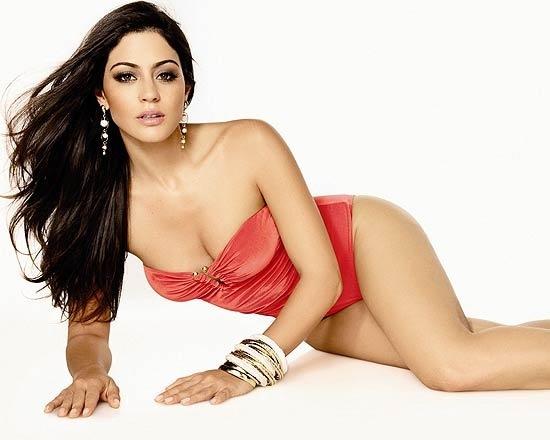 Capa da revista 'Shape' deste mês, atriz Carol Castro revela que está satisfeita com o próprio corpo