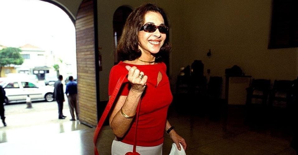 19.nov.2001 - A atriz Betty Faria chega para o ciclo de cinema e debates sobre religião futebol e cultura, na Cinemateca, em São Paulo