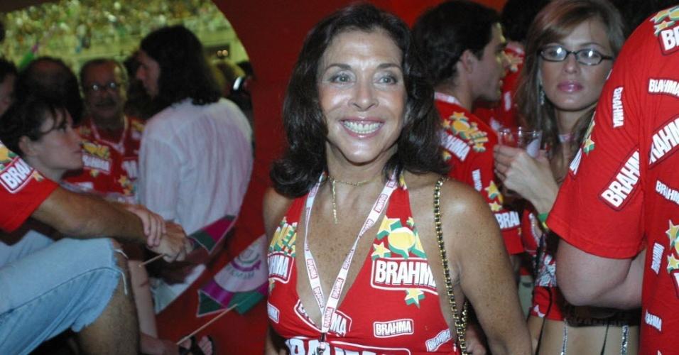 28.fev.2006 - A atriz Betty Faria no camarote da Brahma, na Marquês de Sapucaí, no Rio