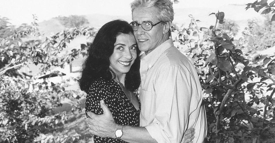 """1995 - Betty Faria posa ao lado do ator Adriano Reis. Os dois fizeram parte do elenco da novela """"A Idade da Loba"""", exibida pela Bandeirantes"""