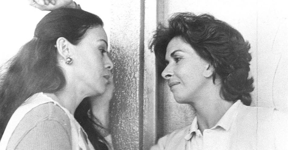 """1987 - Cena do filme """"Anjos do Arrabalde"""". de Carlos Reichenbach, com as atrizes Clarice Abujamra (à esquerda) e Betty Faria"""
