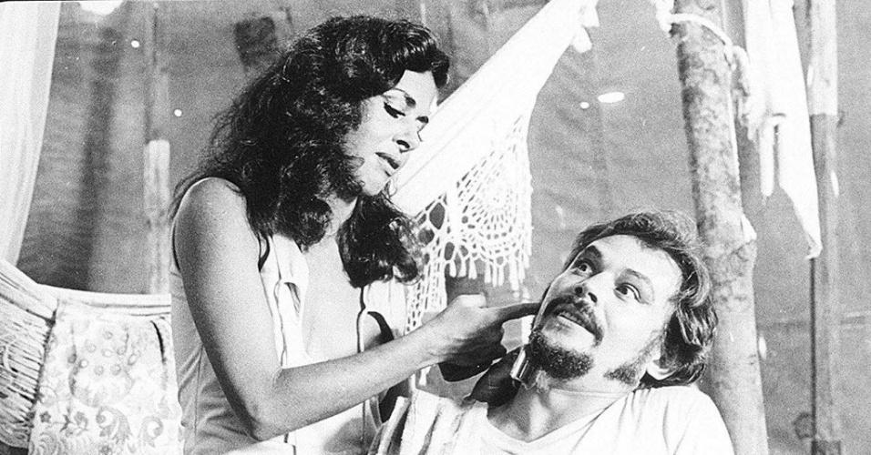 "1979 - Os atores José Wilker e Betty Faria em cena do filme ""Bye Bye Brasil"", de Cacá Diegues"