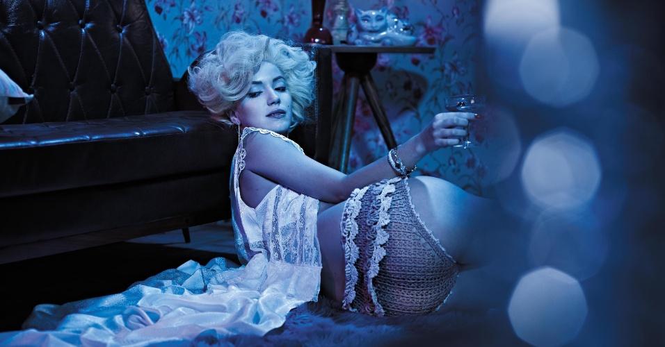 """As atrizes Nathalia Dill (foto) e Juliana Didone participaram de um ensaio sensual especial para a revista """"Alfa"""" de maio. As gatas fizeram uma homenagem aos 50 anos da morte de Marilyn Monroe. As duas aparecem bem à vontade, usando lingeries e posando sem sutiã. """"Marilyn é o maior ícone da história. Amei fazer esse ensaio"""", disse Nathalia à publicação. Marilyn Monroe foi encontrada morta em sua casa, em Losa Angeles, em agosto de 1962"""