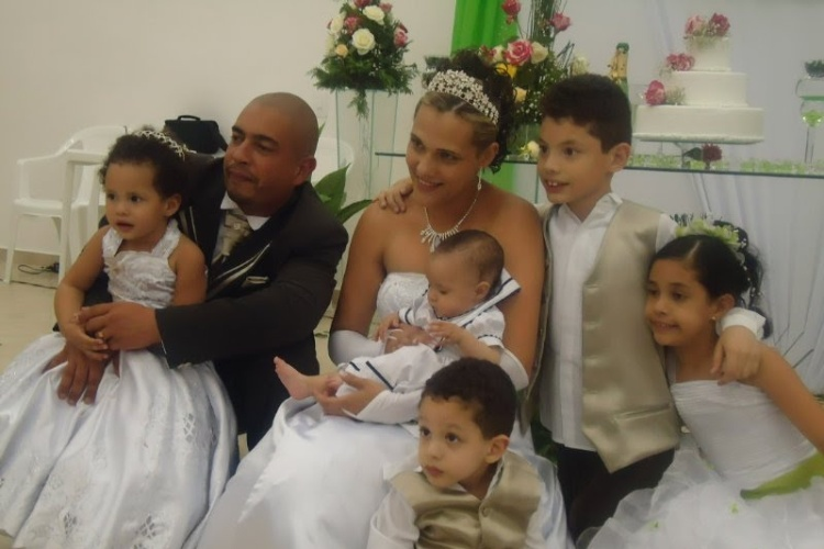 Fernanda e Leandro tiveram uma companhia bem especial no dia do casamento. Os cinco filhos do casal estavam presentes na cerim&#244;nia, que oficializou dez anos de uni&#227;o em dezembro de 2010.