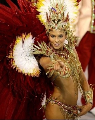 A atriz ficou poderosa com a fantasia em vinho e dourado no Carnaval de 2008; Grazi foi rainha de bateria da Grande Rio