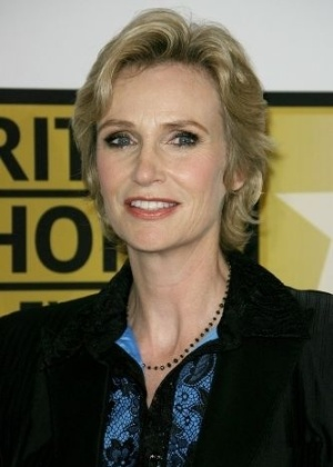 A atriz norte-americana Jane Lynch, que interpreta a Sue Sylvester do seriado &#39;Glee&#39;, saiu do arm&#225;rio aos 21 anos de idade. Em 2010, ela se casou com a ent&#227;o namorada Lara Embry
