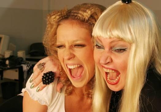 2005 - Elke Maravilha (à direita) interpretou no cinema uma cantora alemã no filme sobre Zuzu Angel. Luana Piovani fez o papel da jovem Elke