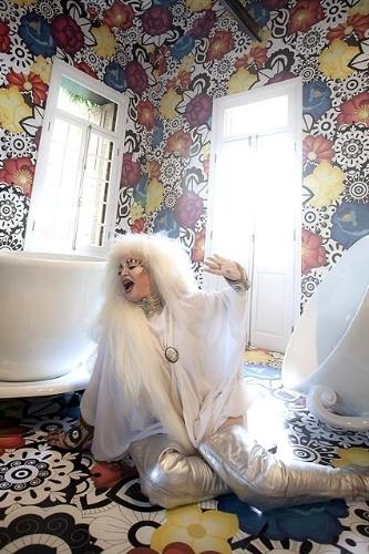 2011 - Elke Maravilha posa durante lançamento da coleção de decoração da estilista Adriana Barra