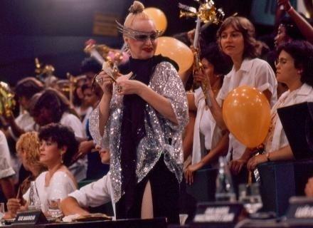 1979 - Elke no 'Buzina do Chacrinha'; Christiane Torloni também era jurada no dia (no fundo à esquerda, de cabelos curtos).