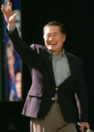 Em maio de 2008, George Takei, o capit&#227;o Sulu de &#34;Jornada nas Estrelas&#34;, se casou com seu namorado ap&#243;s a legaliza&#231;&#227;o do casamento gay na Calif&#243;rnia