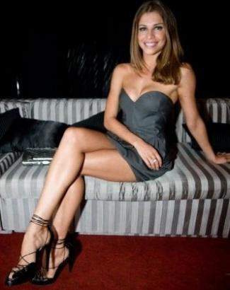 """Grazi em pose sensual na festa de lançamento de """"Tempos Modernos"""" (9/1/10)"""