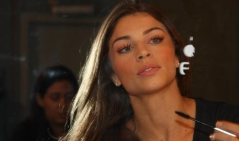 Grazi Massafera se maquia no Backstage de Samuel Cirnansck, na SPFW &#40;11/6/10&#41;