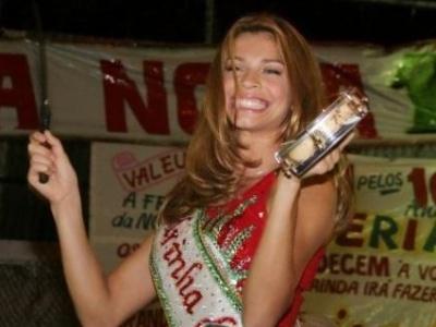 Grazi tocou tamborim em festa de coroação como madrinha de bateria da Grande Rio (11/10/07)
