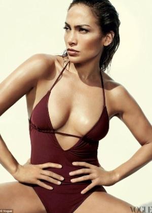 """Jennifer Lopez exibe suas belas curvas usando um maiô em ensaio para a revista """"Vogue"""" de maio (2012). Além disso, a bela latina de 42 anos foi eleita a celebridade mais poderosa do mundo pela revista """"Forbes"""""""
