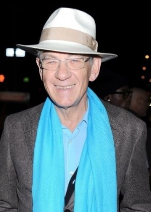 O ator brit&#226;nico Sir Ian McKellen &#233; gay assumido e participa ativamente na defesa dos direitos homossexuais. No cinema, ele &#233; o int&#233;rprete de grandes personagens como Magneto, da s&#233;rie &#39;X-Men&#39; e Gandalf, do filme &#39;O Senhor dos An&#233;is&#39;
